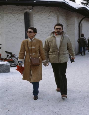 스위스 휴양지에서 카키색 코트를 입은 오드리 햅번. /사진=오드리 햅번 재단