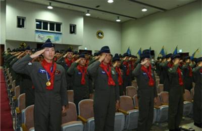 교육 수료 후 '빨간 마후라'를 매고 있는 한국 공군 조종사들 /출처=국방일보