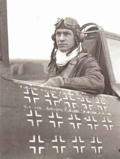 제2차 세계대전의 영웅 로버트 존슨(Robert Johnson). 사진을 보면 목에 흰색 실크 머플러를 두른 것을 볼 수 있다. 그는 P-47 선터볼트 전투기를 몰고 독일군 항공기 28대를 격추시켰다. /출처=위키피디아