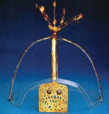북연의 재상 풍소불(馮素弗) 무덤에서 출토된 금장식. 당시 선비족 국가 삼연(三燕)과 고구려와의 문화 교류를 짐작할 수 있는 유물이다.