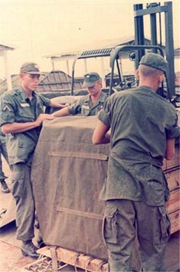 1966년 베트남에서 전투모를 쓰고 적재 작업을 하고 있는 미군 병사들 /출처=https://olive-drab.com/od_soldiers_clothing_cap_field_hotweather.php