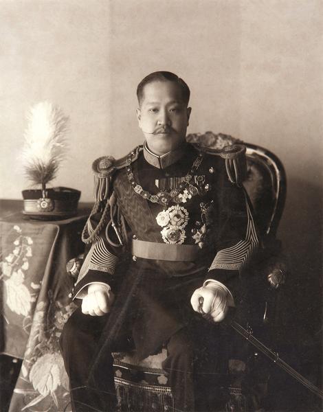 육군대장복 차림의 순종 사진. 일제 통감부 시기 황실 사진사였던 이와타 카나에가 1909년경 촬영한 것으로 추정된다. 55×40. 국립고궁박물관 소장.