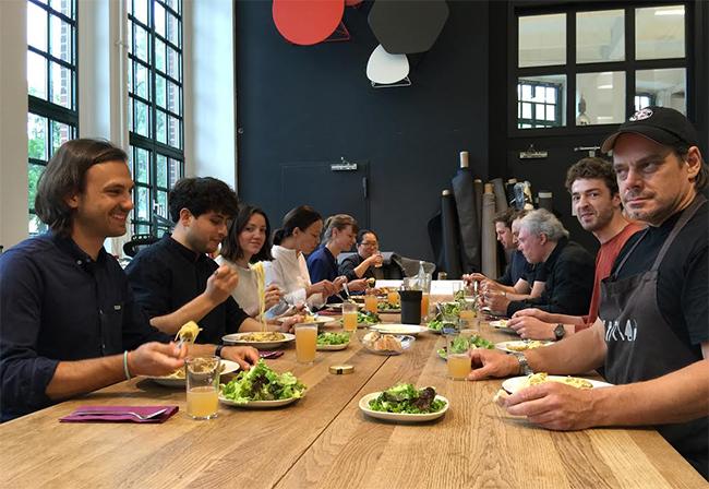점심식사를 함께 하는 캐롤라 즈윅(왼쪽에서 네 번째)과 스튜디오7.5 직원들 모습.