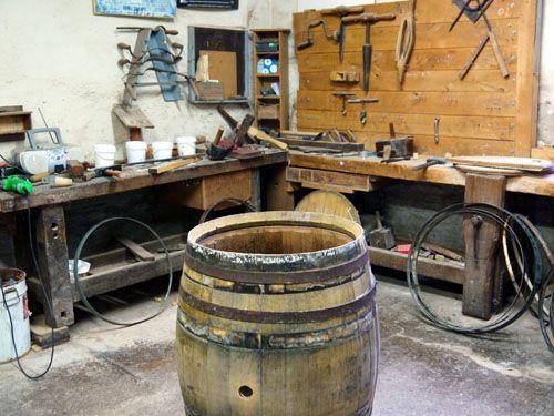 볼랭저에서는 직접 오크통을 제작한다.