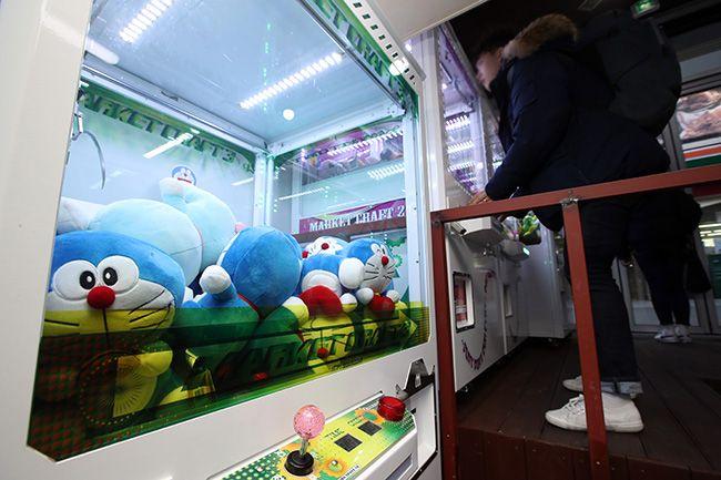 10일 서울 종로구의 한 인형 뽑기방에서 한 시민이 인형 뽑기를 시도하고 있다. /사진=연합뉴스