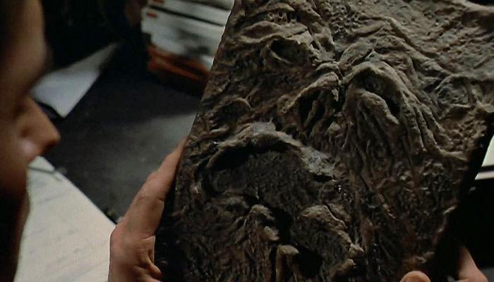 """영화 """"이블 데드""""에 등장하는 네크로노미콘(못생김 주의). 이런 책을 습득하신 분은 가까운 쓰레기통에 버리시기 바랍니다."""