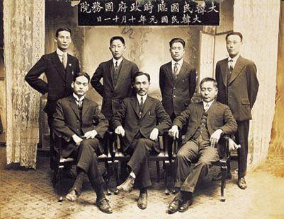 1919년 10월 11일 촬영한 임시정부의 국무원 기념 사진. 앞줄 왼쪽에서부터 신익희, 안창호, 현순이 앉아 있다. /사진=위키피디아