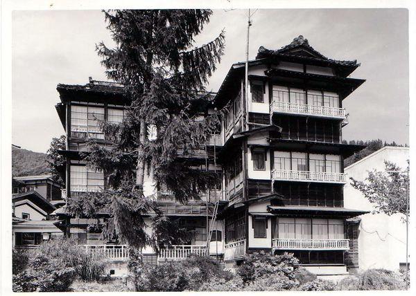 개축하기 전 다카한 료칸의 모습. 돌출된 2층 방이 야스나리가 머물렀던 방이다.