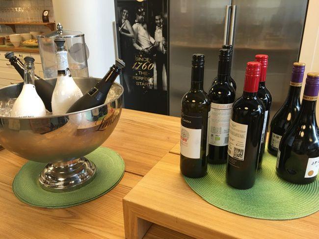 잘 놓여져 있는 와인병들