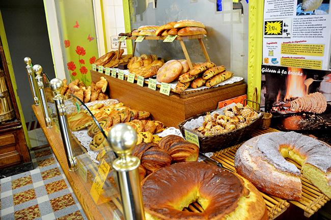 몽마르트의 한 동네 빵집. 듣도 보도 못한 빵들이 많았다.