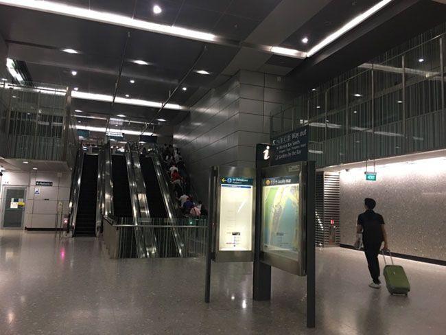 싱가포르 MRT 창이공항역. 우리나라의 T머니격인 이지링크 카드를 살 수 있다.