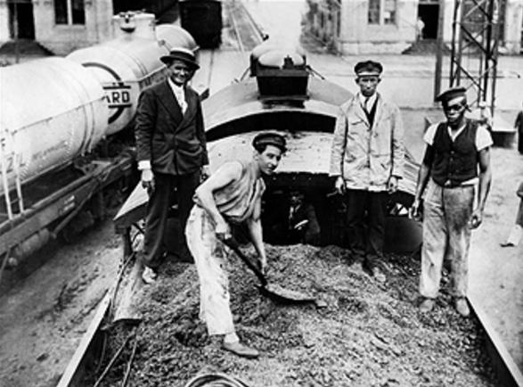 1930년대 브라질에서 커피 콩을 기관차의 연로로 퍼담는 풍경/사진=게티이미지