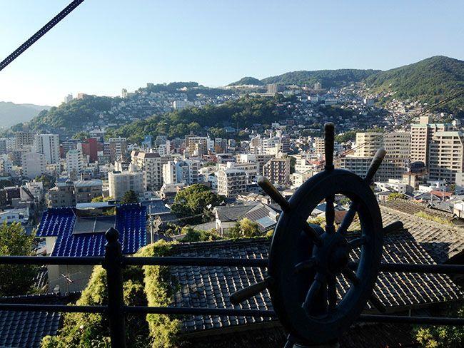 료마도리에서 내다본 나가사키 전경. 일본 최초 무역상사를 세운 사카모토 료마를 기념하는 조타대가 보인다.