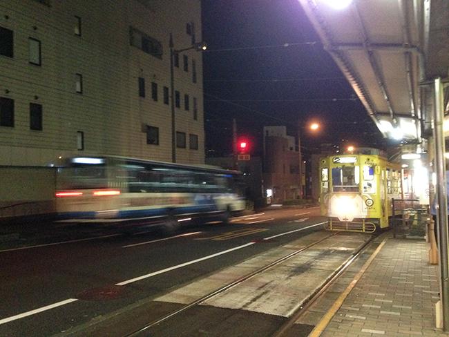 나가사키 트램 종착역 호타루자야 정류장. 변두리라 9시가 넘으니 무척 어두웠다.