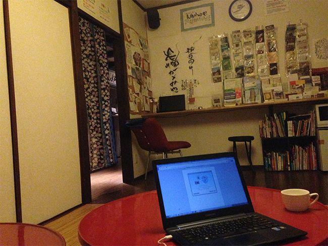 카가미야 1층의 거실. 숙소가 풍기는 쓴 나무향과 한켠에서 흐르는 노래소리가 잘 어울렸다.