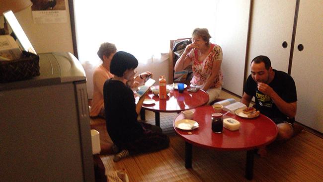 아침의 거실 전경. 숙박객들이 한데 둘러앉아 아침을 먹는데, 아침식사로는 식빵과 차가 제공된다.