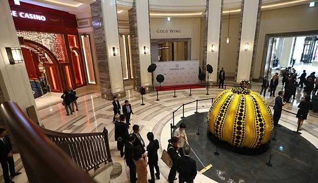 """20일 복합리조트 파라다이스시티의 중심구역 """"와우존""""에 설치된 일본 예술가 쿠사마 야요이의 작품 """"호박"""" 주변으로 방문객들이 리조트 시설들을 둘러보고 있다. /사진=연합뉴스"""