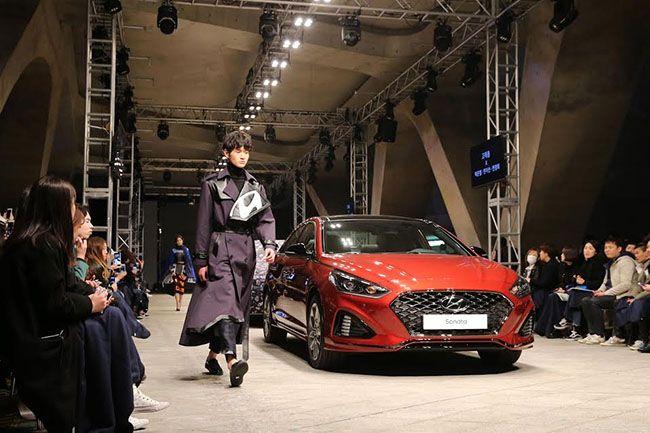 """지난달 서울 동대문디자인플라자(DDP)에서 열린 """"2017 FW 헤라서울패션위크""""에서 런웨이를 걸어다닌 쏘나타 뉴라이즈. 새로워진 디자인에 대한 현대차의 자부심을 느낄 수 있는 대목이다. /사진=현대차"""