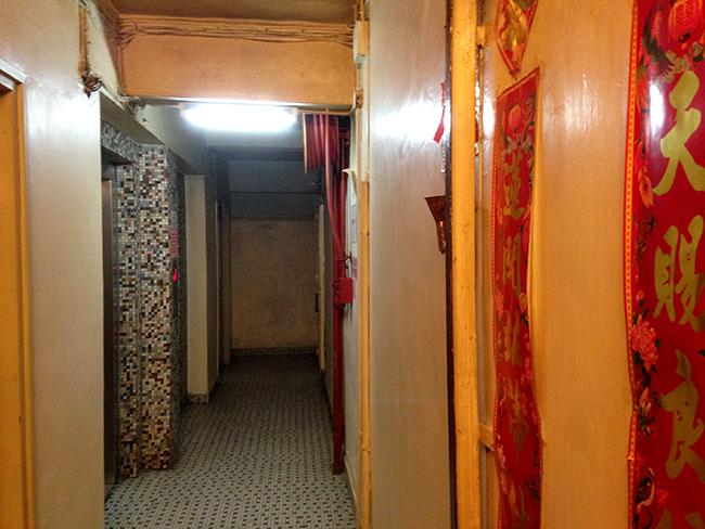 체크인HK 호스텔 앞쪽의 허름한 복도. 붉은 중국식 글귀 장식이 강렬하다