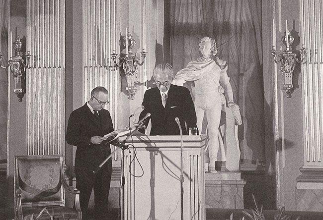 1968년 노벨문학상 시상식장에서 가와바타 야스나리와 나란히 서 있는 에드워드 사이덴스티커.