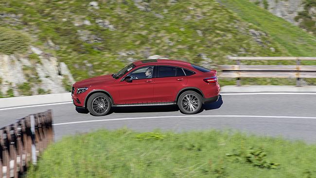 더 뉴 GLC 쿠페는 코너링에서 다른 SUV보다 쏠림 현상이 덜하다. 메르세데스-벤츠는 이를 위해 스포츠 서스펜션을 적용했으며 기존 GLC보다 낮은 기어비를 적용했다. /사진=메르세데스-벤츠 코리아