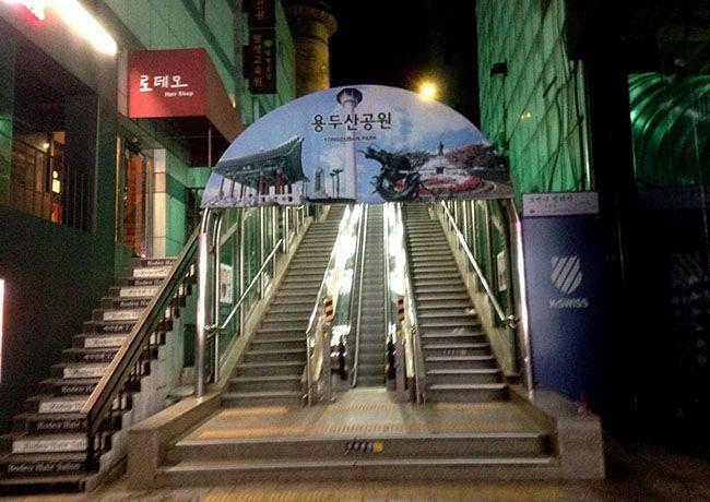 부산 용두산공원으로 향하는 에스컬레이터. 캘리호스텔 남포점에 가려면 중간에 오른쪽으로 내려야 한다.