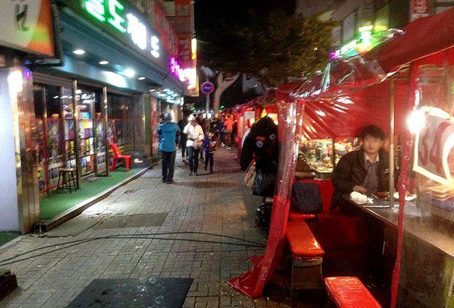 부산 중구 광복동 인근의 포장마차 골목. 근래 서울에선 보기 어려워진 풍경이다.