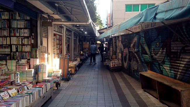 아침의 부산 보수동 책방골목. 서울 청계천변에도 중고책방들이 모여 있지만 보수동은 골목 양쪽으로 가게가 늘어서 있어 분위기가 다르다.