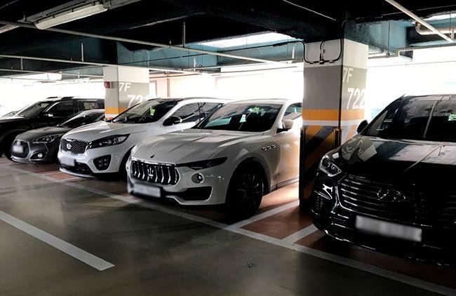 마세라티 르반떼가 타사 SUV들 사이에서 큰 차체를 과시하고 있다.
