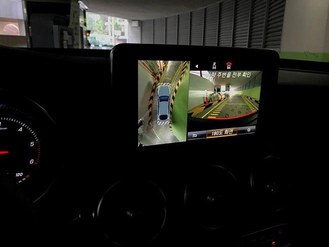 벤츠 더 뉴 GLC 쿠페에 있는 AVM. 차량의 전후좌우를 자동차 위에서 찍은 듯한 가상 이미지를 통해 확인할 수 있다. 르반떼는 가격이 더 나가는데도 해당 기능이 없어서 아쉬웠다.