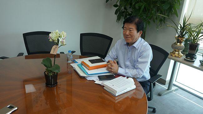 시진핑 중국 국가주석을 만나고 돌아온 박병석 더불어민주당 의원이 17일 국회 의원회관 사무실에서 인터뷰하고 있다. /사진=박병석 의원실