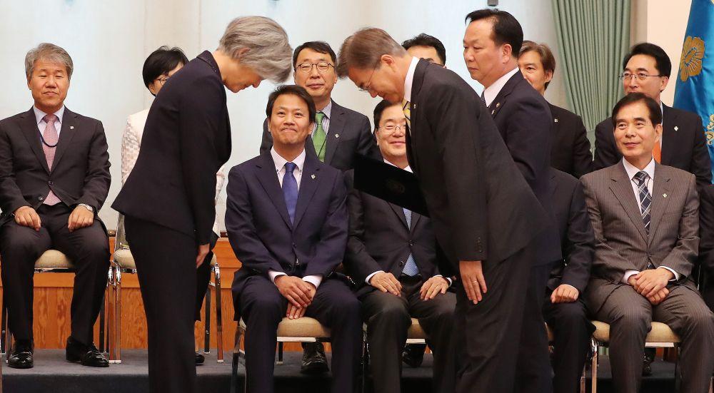 문재인 대통령이 18일 오후 청와대에서 강경화 신임 외교부장관에게 임명장을 주고 있다. /사진=이충우 기자