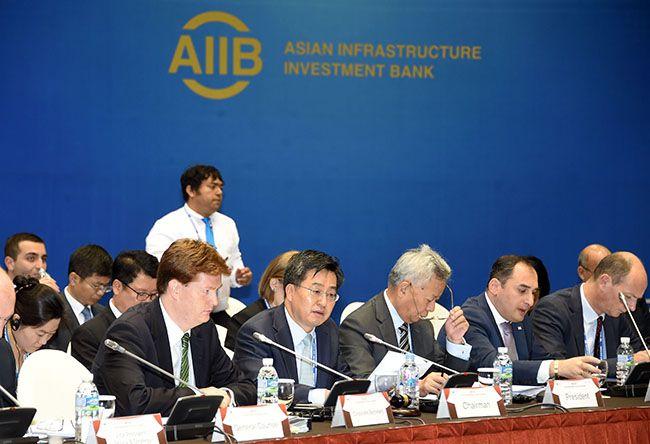 김동연 부총리 겸 기획재정부 장관이 진리췬 AIIB 총재와 대니 알렉산더 부총재 사이에서 의장국으로 회의를 주재하는 모습.