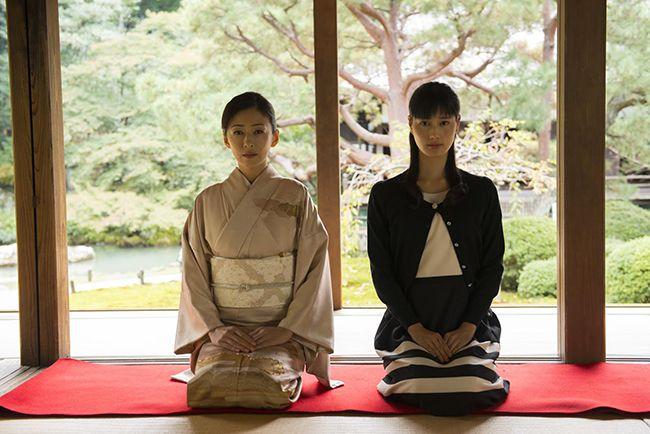 영화 고도의 한 장면. 왼쪽부터 치에코와 나에코
