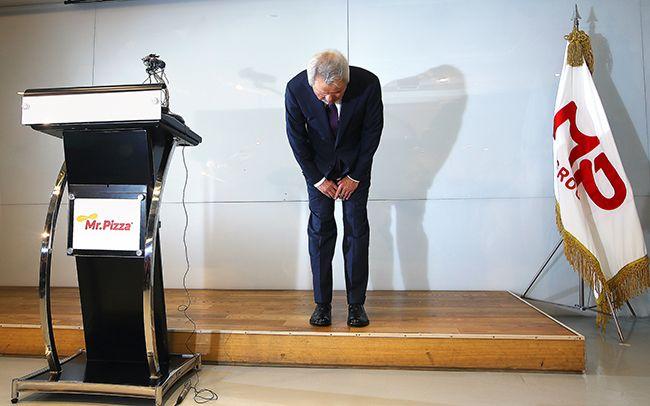 정우현 MP그룹 회장이 지난 6월 26일 기자회견을 하고 회장직 사퇴 의사를 밝히면서 국민에게 고개 숙여 사죄하고 있다. /사진=연합뉴스