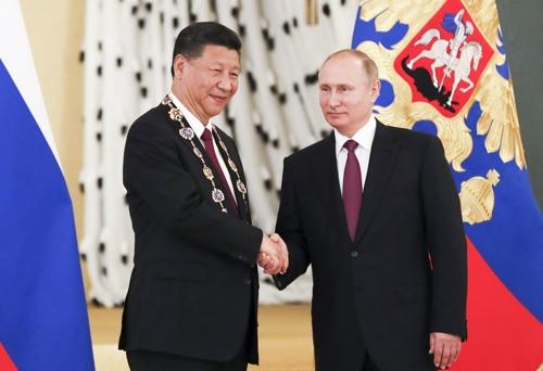 지난달 초 러시아를 국빈방문한 시진핑 중국 국가주석(왼쪽)이 러시아 최고 권위의 훈장을 받고 블라디미르 푸틴 러시아 대통령과 악수하고 있다. /사진제공=AP