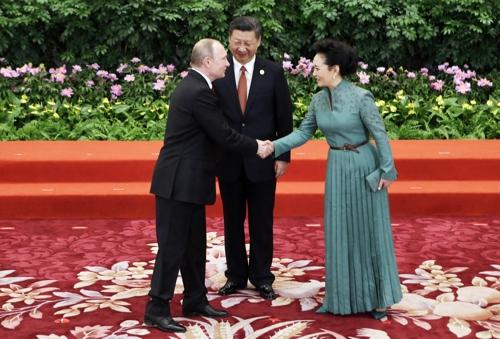 지난 5월 중국 베이징서 열린 일대일로 포럼에 VVIP로 참석한 블라디미르 푸틴 러시아 대통령이 시진핑 중국 국가주석과 펑리위안 여사와 만나 인사를 나누고 있다. /사진제공=AP