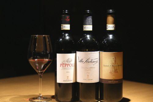 지하저장고에 자리한 테이스팅룸에서 와인을 마실 수 있다.
