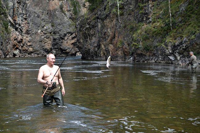 지난 1~3일 휴가를 맞아 시베리아 강가에서 낚시를 즐기는 푸틴 대통령 /사진=러시아 크렘린궁