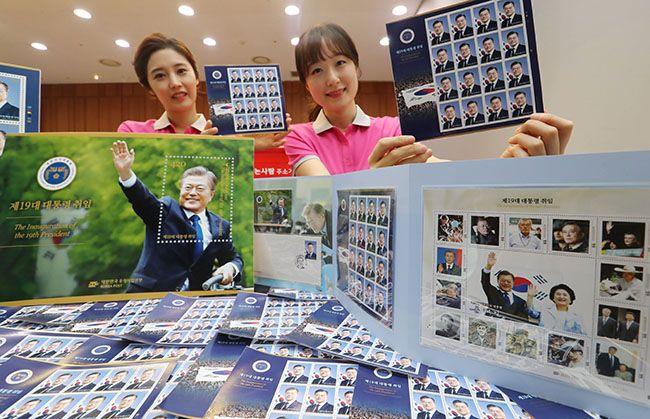 9일 서울 포스트타워에서 열린 제19대 문재인 대통령 취임기념우표 공개행사에서 우정사업본부 직원들이 다양한 문 대통령 관련 우표를 선보이고 있다. /사진=한주형 기자