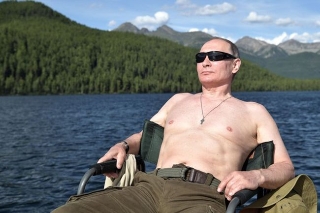 지난 1~3일 휴가를 맞아 시베리아 강가에서 상반신을 드러낸 채 의자에 앉아 일광욕을 즐기는 푸틴 대통령의 모습 /사진=러시아 크렘린궁