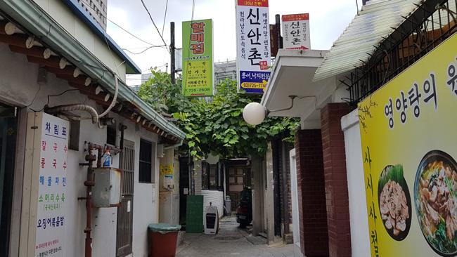 서울 사직로 서울지방경찰청 옆 골목. 할매집 간판이 보인다.