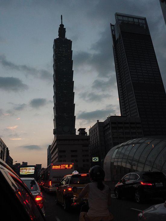 대만에서 15일(현지시간) 오후 5시께 전련공급이 예고 없이 중단되면서 타이베이 시내에 위치한 랜드마크빌딩