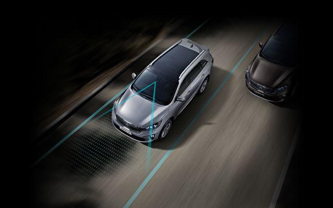 더 뉴 쏘렌토는 전방 카메라로 주행 차선을 감지한다. 방향 지시등 조작 없이 차량이 차로를 이탈하려고 하는 경우 차가 스스로 조향해 이를 방지한다./사진제공=기아자동차