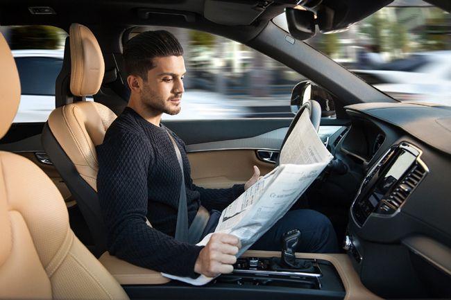 완전자율주행차에 승차한 운전자가 신문을 읽고 있다. 자율주행차 안에서 스마트기기 대신 신문지로 뉴스를 소비한다는 설정이 흥미롭다. 아직까지는 그 어떤 브랜드의 자율주행차를 타더라도 전방 주시 태만은 금기다./사진제공=볼보차코리아
