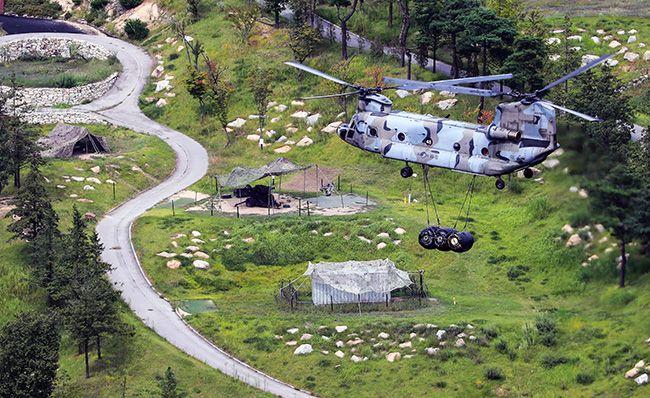 사드 추가 배치가 임박한 4일 오후 경북 성주군 사드 기지로 군 헬기가 물자를 옮기고 있다. /사진=연합뉴스
