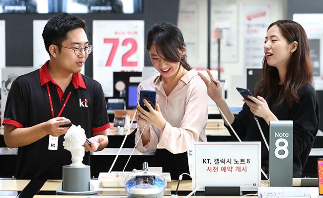 삼성전자의 하반기 전략폰 갤럭시노트8 사전예약이 개시된 7일 서울 종로구 KT스퀘어에서 고객들이 구매 상담을 하고 있다. /사진=연합뉴스
