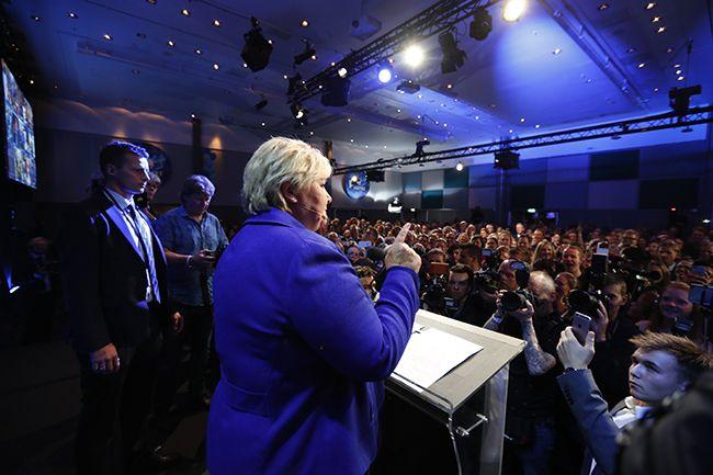에르나 솔베르그 노르웨이 총리가 지난 11일(현지시간) 수도 오슬로에서 지지자들에게 총선 승리를 선언하고 있다. 현지 언론은 개표가 90% 이상 진행된 가운데 보수당을 중심으로 한 우파·중도 연립여당이 전체 169석 가운데 절반이 넘는 88석을 차지, 승리했다고 보도했다. /사진=연합뉴스