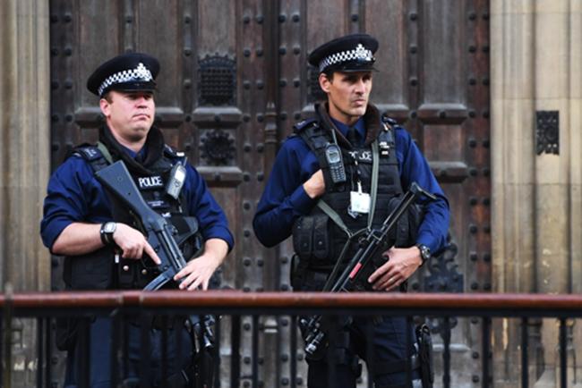 지난 15일(현지시간) 런던 지하철 열차에서 폭발물 테러가 발생해 30명의 부상자가 발생하자 총기 무장을 한 경찰이 국회의사당 앞을 순찰하고 있다. /사진=EPA 연합뉴스