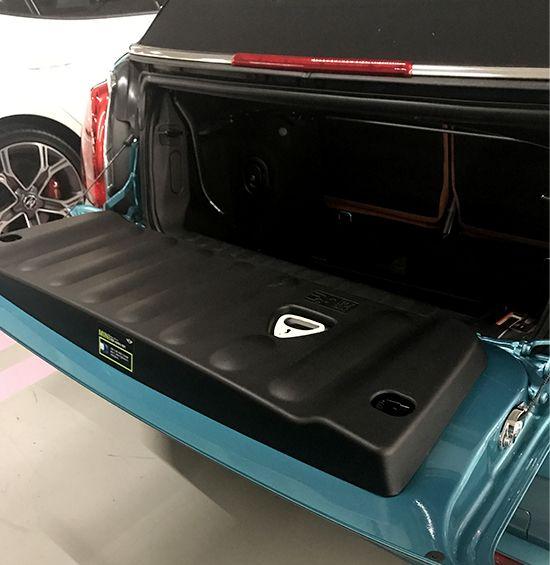 트렁크가 아래 쪽으로 열리는 것도 독특하다.
